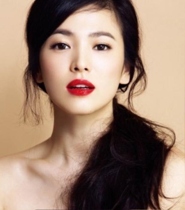 Son môi là món mỹ phẩm không thể thiếu của chị em nếu muỗn xinh đẹp và nổi bật.
