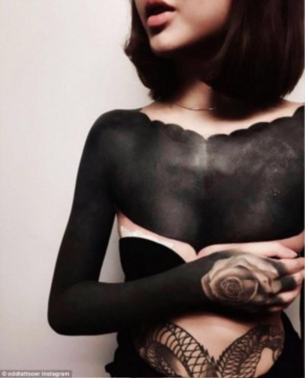 """Các hình xăm của cô gái này được thực hiện bởi nghệ nhân xăm hình Chester củacửa hàng Oracle Tattoo tại Singapore. Trong đó có hình xăm """"đen toàn tập"""" trên ngực và cánh tay trông như một chiếc áo, điểm xuyết thêmmột hình xăm bông hồng trên mu bàn tay."""