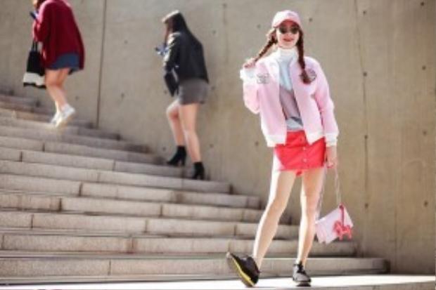 Minh Hằng diện trang phục của một thương hiệu Hàn Quốc kết hợp với mắt kính Gentle Monster, giày Balenciaga.