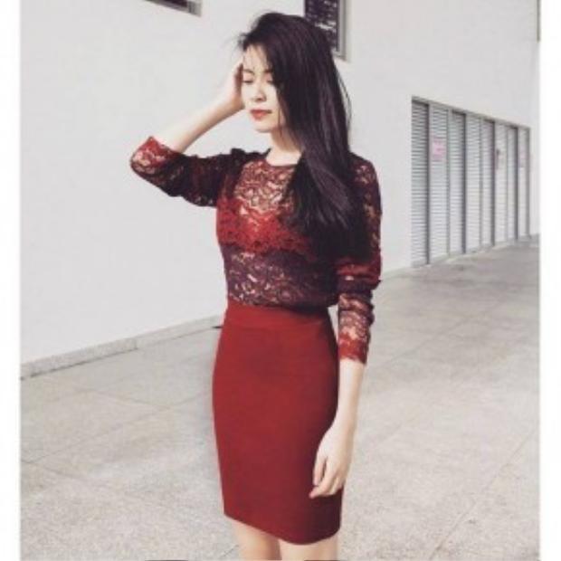 Hoàng Thùy Linh dẫn đầu top sao đẹp của ngày với bộ trang phục monochrome nổi bật. Cô nàng phối áo ren cùng chân váy bút chì ton-sur-ton. Không cần quá nhiều phụ kiện, chỉ với mái tóc lệch vai cùng đôi môi đỏ là đã đủ để cô hạ gục mọi ánh nhìn.