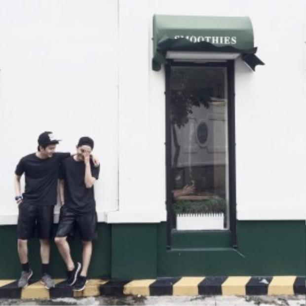 Trong những năm gần đây, Sài Gòn rộ lên trào lưu những quán cà phê có thiết kế cổ điển. Nhưng đến với Juice Box thì lại khác, không gian bên ngoài của quán được thiết kê và dựng thành một ngôi nhà kiểu Tây với những khung cửa sổ lớn, những tấm bạt dù màu xanh và có cả bệ đường dựng sát vách. Ngoài ra do ngay cạnh Juice Box là một con đường nhỏ khá vắng vẻ, nên nhìn từ xa, quán cà phê này trông cực kỳ dễ thương và bắt mắt.