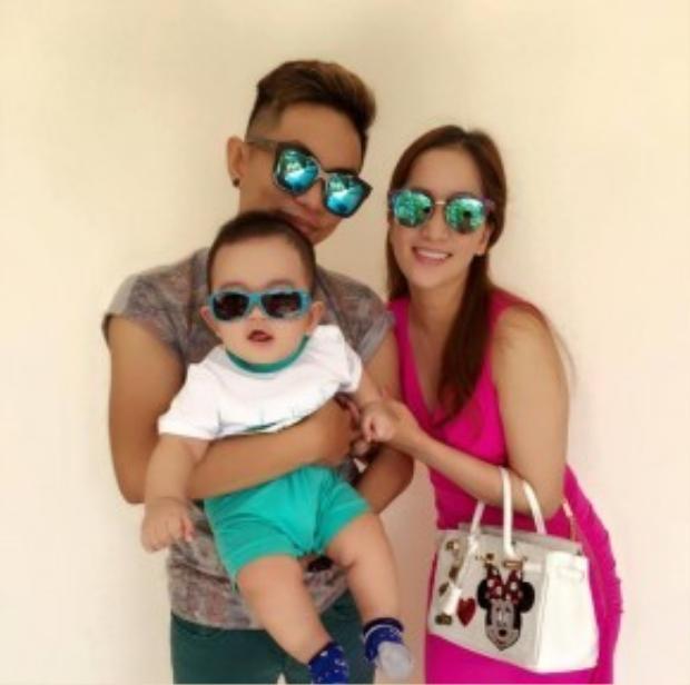 Bộ 3 siêu nhân với gia đình đeo mắt kính râm chuẩn bị đi chơi.