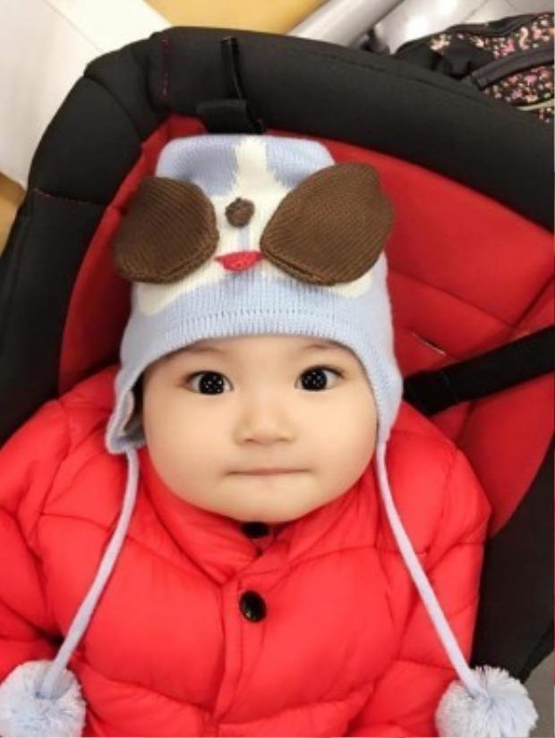 """Fashion mùa lạnh của Kubi đúng 3 tiêu chí: Chất - chuẩn - chơi. Gương mặt háo hức của Kubi đúng là """"liều thuốc bổ"""" cho mẹ Khánh Thi cả ngày vui tươi."""