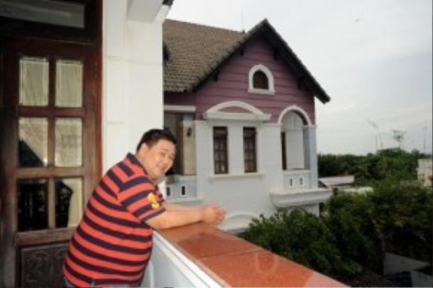 Anh tự hào khoe về căn nhà của mình trong một chương trình với nghệ sĩ hài Anh Vũ.