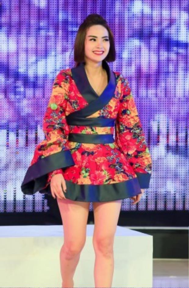 """Nữ ca sĩ """"Yolo"""" Minh Hằng cũng rất ưng với kiểu trang điểm truyền thống này khi lên sàn nhảy vũ điệu đam mê."""