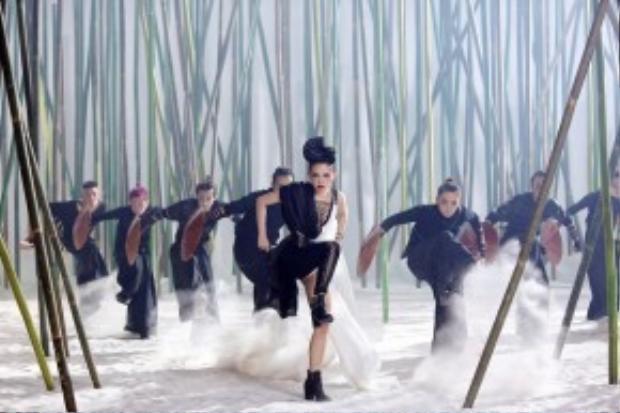 """Không lâu trước đó trào lưu Geisha cũng từng lọt vào mắt xanh của cô ca sĩ Tóc Tiên trong MV """"Big girl dont cry""""."""