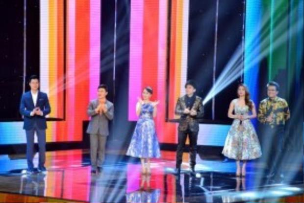 4 vị HLV Quang Dũng, Quang Linh, Cẩm Ly, Đan Trường cùng 2 MC Thanh Thảo, Thanh Bạch đã sẵn sàng cho đêm Liveshow đầu tiên của Thần tượng Bolero.