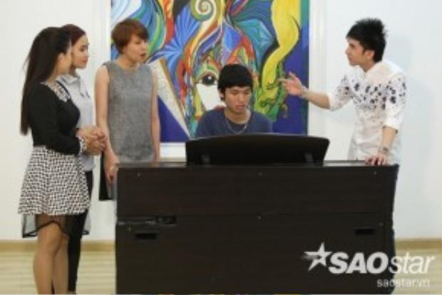 Trong khi đó, HLV Đan Trường cũng tranh thử cho các thí sinh thử giọng với đàn piano.