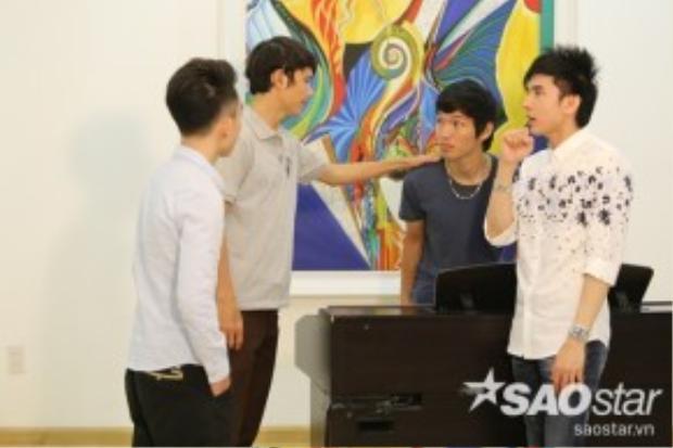 Hai thí sinh nam còn lại Nguyễn Duy và Trung Quang sẽ vào vai hai chàng nghệ sĩ nghèo cùng thương thầm trộm nhớ cô hàng xóm.