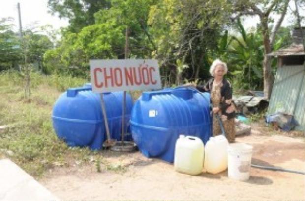 Bà Nguyễn Thị Hưởn ngày ngày cần mẫn bên hai phôi nước cho dân nghèo.