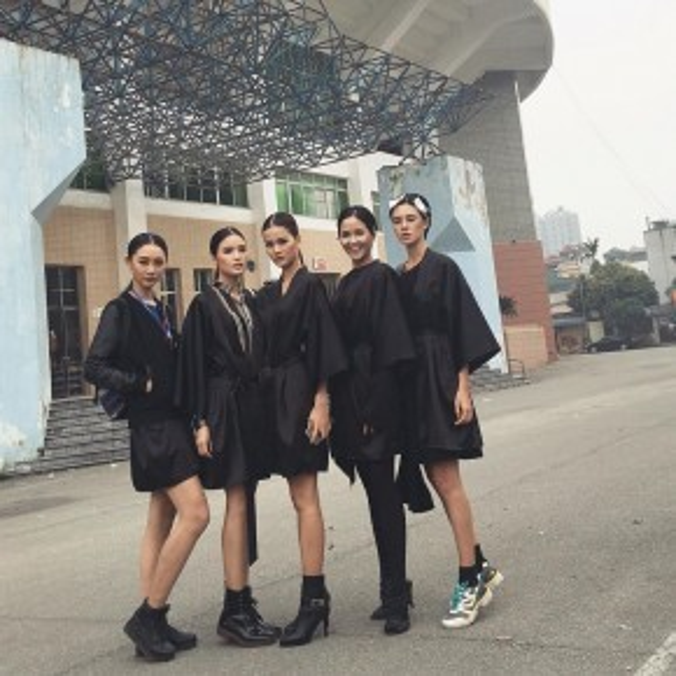 Dàn chân dài đen toàn tập chuẩn bị cho đêm diễn thời trang lớn tại Hà Nội.
