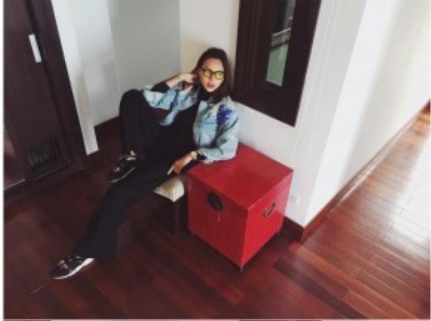 Cũng là áo khoác denim, nhưng khác với Suni Hạ Linh, Minh Triệu diện cây đen cùng áo khoác ngắn bên ngoài và hot item kính tròng màu làm điểm nhấn cho toàn bộ set đồ.