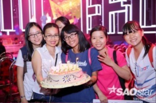 Nữ HLV rạng rỡ bên cạnh các fan của mình.