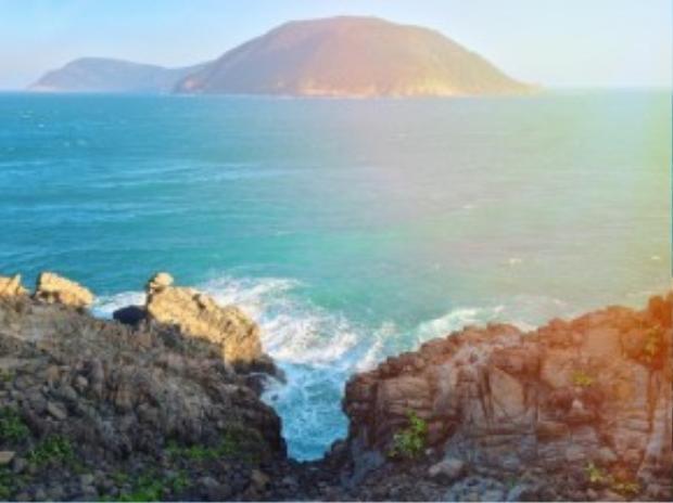 Đi hết đường ven biển, du khách sẽ tới một nơi mà cư dân đảo gọi là Cuối Tuyến, tại đây không còn đường đi, du khách sẽ để xe tại chỗ và leo xuống sát mặt biển, đây cũng là điểm ngắm hoàng hôn đẹp nhất tại Côn Đảo.