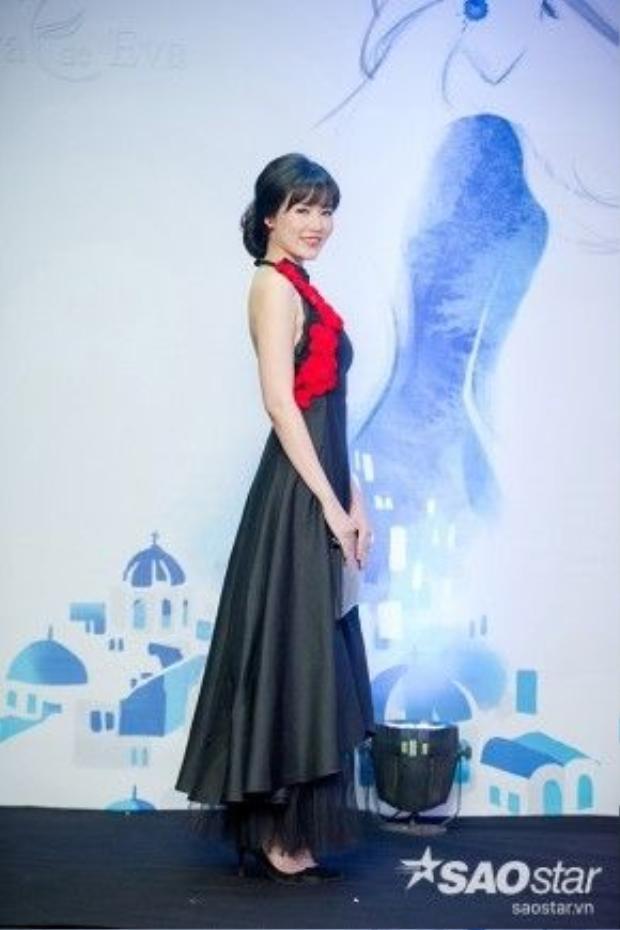 Hoa hậu Thu Thủy khoe lưng trần gợi cảm trong bộ cánh đen của nhà thiết kế Hà Linh Thư.