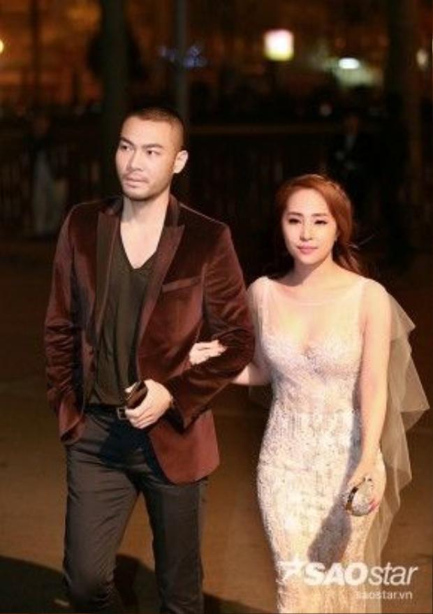 """""""Cá sấu chúa"""" Quỳnh Nga diện váy của NTK Hoàng Hải, tay trong tay bên ông xã Doãn Tuấn."""