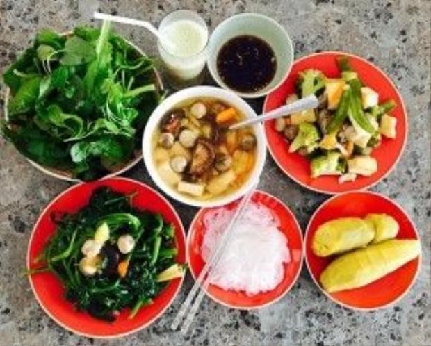 Những bữa cơm chay với nguyên liệu trong vườn nhà do tự tay cô nấu. Việt Trinh thường ăn chay nhiều tháng trong một năm.