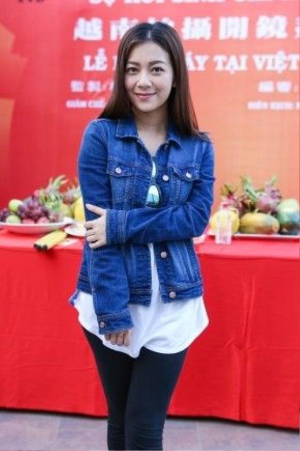 Cũng như các thành viên trong đoàn, diễn viên Hà Nhạn Thi diện đồ đơn giản trong buổi ra mắt báo chí.