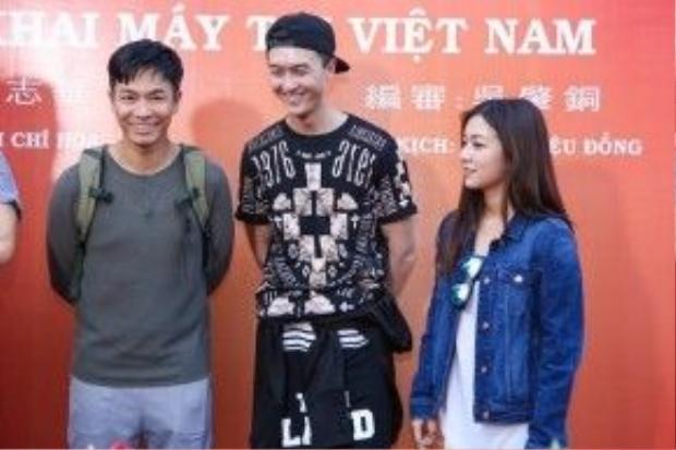 Diễn viên trẻ Vương Hạo Tín (ở giữa) là người sôi nổi nhất đoàn phim. Anh thường trêu chọc đồng nghiệp bằng những câu nói và hành động hài hước.
