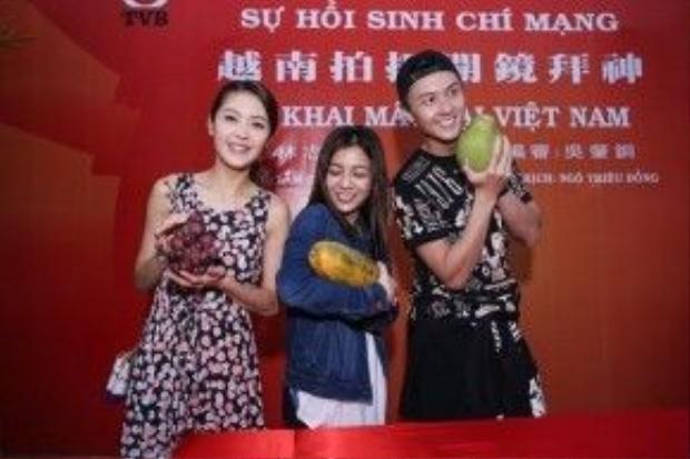 Bộ ba diễn viên trẻ Trần Đình Hân (thứ nhất từ trái qua), Hà Nhạn Thi và Vương Hạo Tín tạo dáng tinh nghịch trước ống kính.