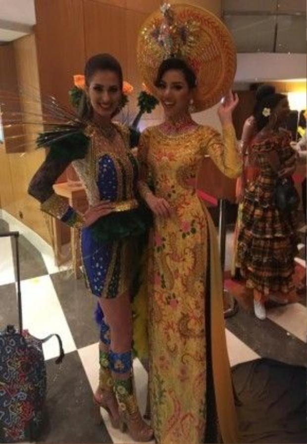 Với thiết kế áo dài màu vàng khiến tôn lên nước da sáng của Khả Trang và làm cô nổi bần bật trước những thí sinh khác.