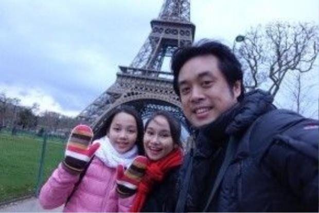 Ba thầy trò selfie trước tháp Eiffel - biểu tượng của thủ đô Paris.