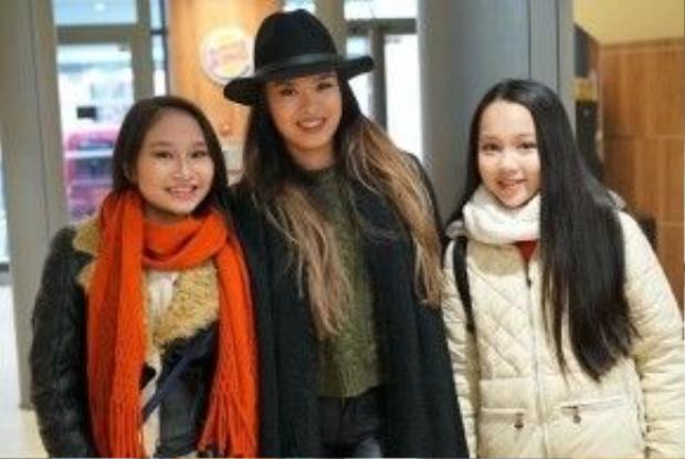 Hai cô bé vui vẻ chụp ảnh cùng em gái Dương Khắc Linh.