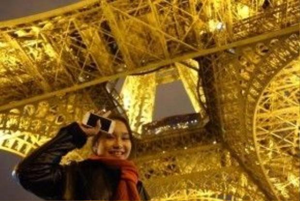 Tương tự cô bạn Hà My, Hà Vi cũng rất hạnh phúc khi có dịp ngắm nhìn trực tiếp và chụp ảnh lưu niệm với tháp Eiffel.