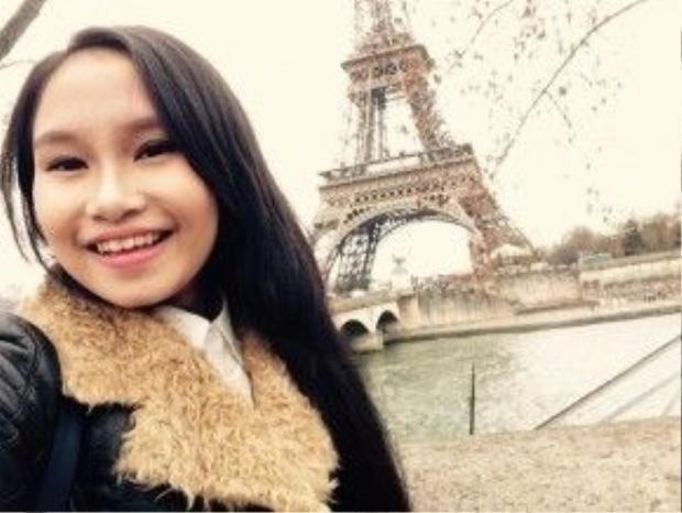 """Các thầy trò đến ngắm tháp Eiffel vào một ngày khác. Hà Vi viết status ngắn gọn trên mạng xã hội: """"Còn gì hạnh phúc hơn""""."""