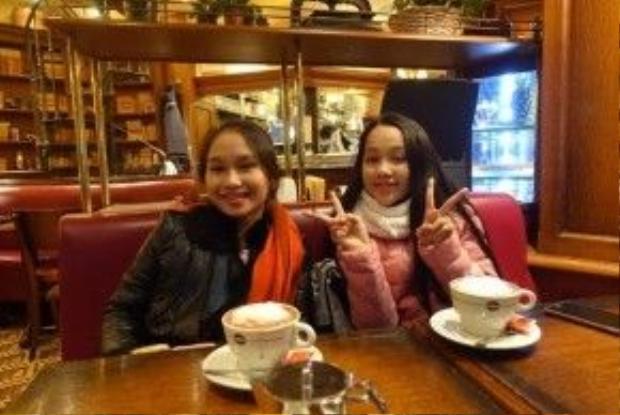 Hình ảnh của cả hai ca sĩ nhí tại một quán cà phê.