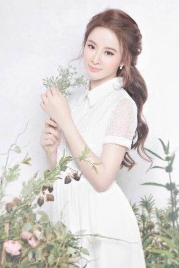Angela Phương Trinh khoe ảnh xinh như thiền thần với tóc mây cùng chiếc váy trắng kín đáo. Hình ảnh mới của cô nàng nhận được sự ủng hộ nhiệt tình của truyền thông cũng như fan hâm mộ.