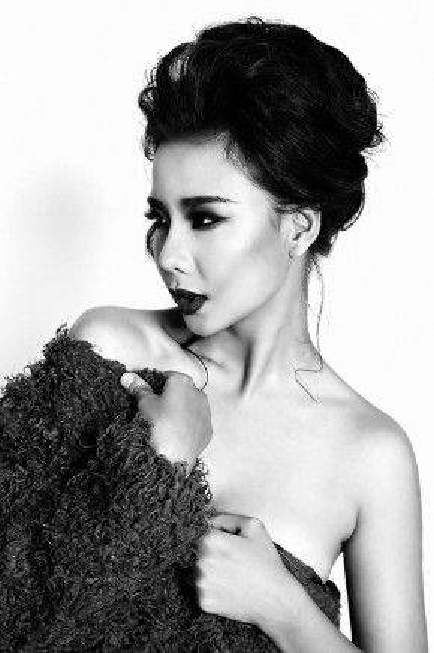 Siêu mẫu một thời Lại Thanh Hương chọn cách thả rơi vài loạn tóc ở gần cổ, vừa gợi cảm vừa thu hút ánh nhìn trong mái tóc búi.