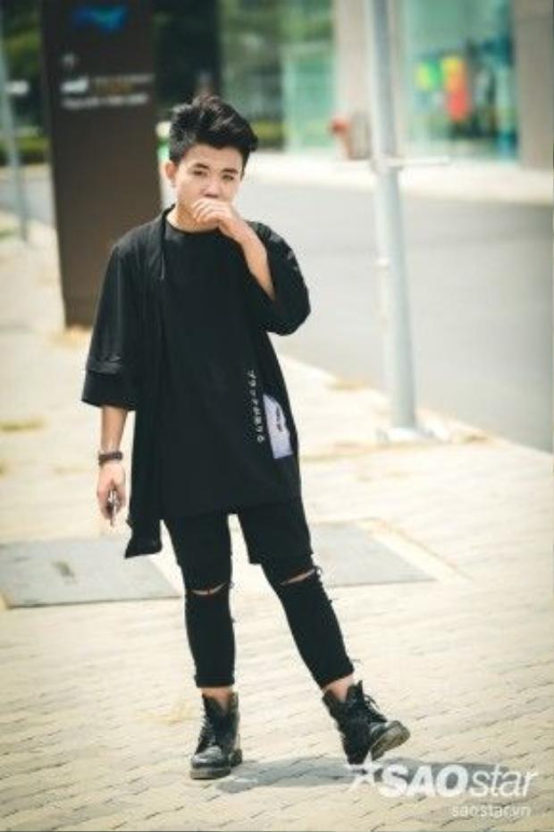 Style layer nhiều lớp tạo nên sự luộm thuộm có chủ ý khiến anh chàng hot boy của Giọng hát Việt nhí men lỳ, cuốn hút trên đường phố.