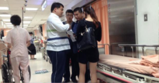 Bé gái nhanh chóng được đưa tới bệnh viện cấp cứu và hiện không gặp nguy hiểm về tính mạng.
