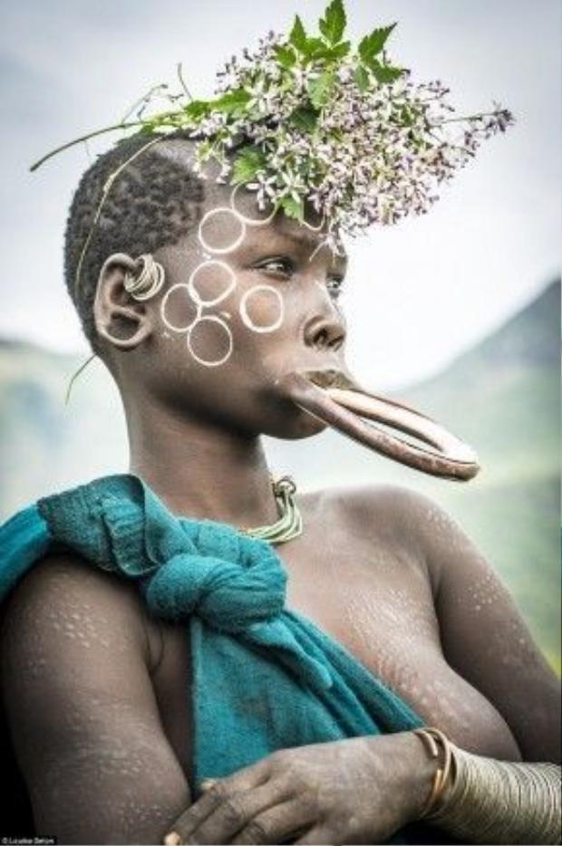 Người Surma có truyền thống độc đáo là lồng đĩa vào môi dưới.