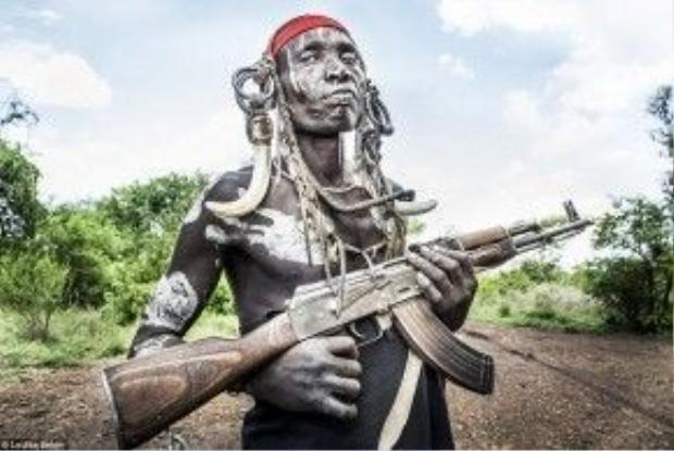 Seton cho biết cô thấy hơi run khi xin chụp ảnh người đàn ông này. Các bộ tộc ở vùng hẻo lánh này thường xuyên có mâu thuẫn nội bộ kéo dài nhiều năm.