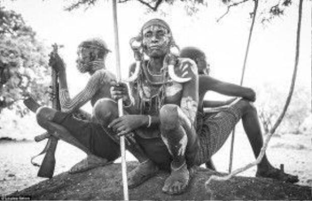 Ba người đàn ông ở một ngôi làng trong Công viên quốc gia Margo, thuộc lãnh thổ của tộc Mursi. Họ đem theo vũ khí để bảo vệ gia súc khỏi trộm cướp. Các bộ tộc khác đổ máu để giành vật nuôi, đất chăn thả và các khu lấy nước.