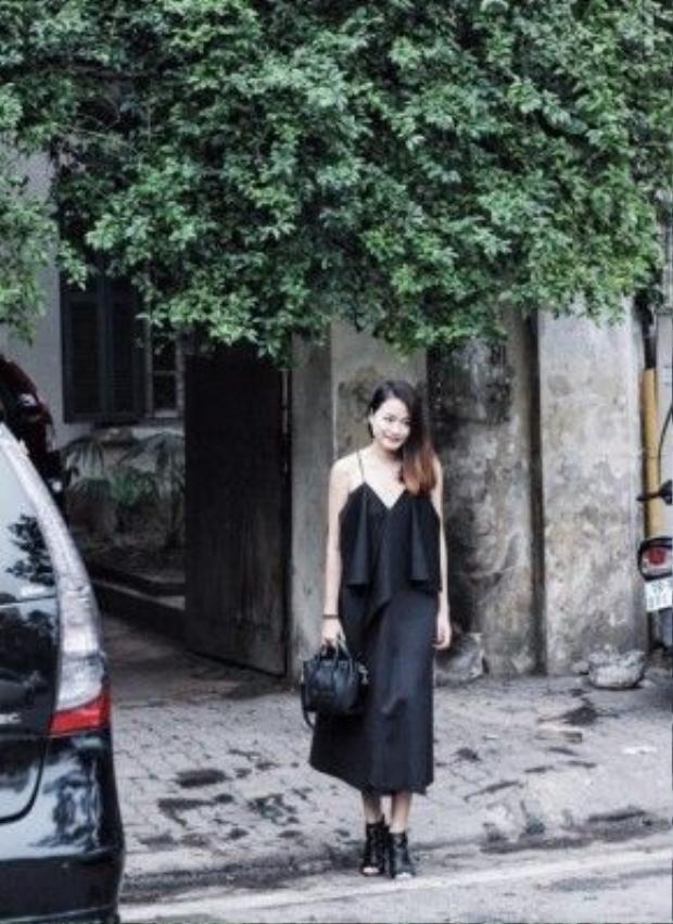 Giám đốc sáng tạo tạp chí Đẹp - Đỗ Hà thanh lịch trong chiếc slip-dress đen thướt tha, phụ kiện đi kèm là chiếc túi Céline Luggage cùng giày mules.
