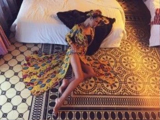 Minh Triệu sexy với chiếc váy maxi xẻ vạt cao khoe đôi chân dài miên man. Siêu mẫu còn sử dụng khăn đội đầu tiệp với họa tiết của chiếc váy.