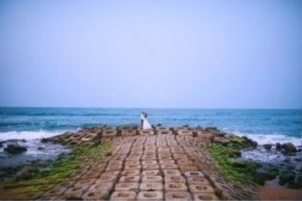 Yêu biển, yêu những cảnh đẹp thiên nhiên hùng vĩ mới lạ khắp mọi miền đất nước, đó là lý do khiến cặp đôi Hà thành Văn Đức - Quỳnh Nga lựa chọn Phú Yên làm bối cảnh cho bộ ảnh cưới của mình.