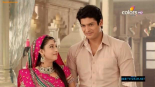 Pratyusha Banerjee và nam diễn viên Siddharth Shukla trong vai cảnh sát Shiv, người chồng thứ hai của Anandi đã trở thành một cặp đôi đẹp được hâm mộ. Anh cũng là bạn thân của Banerjee ngoài đời.