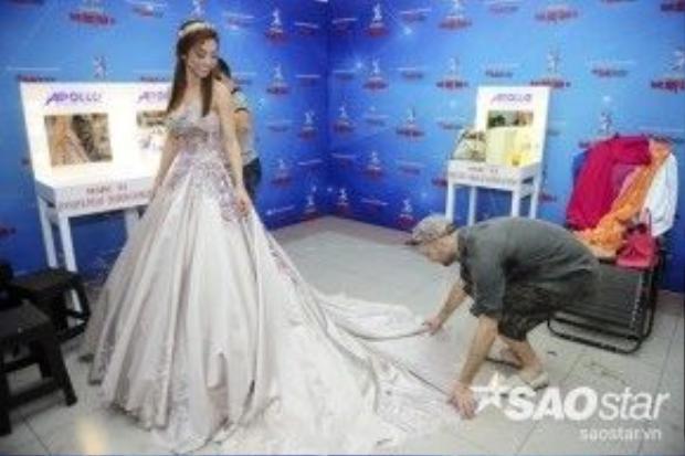 Cô được bản nhảy chăm chút chỉnh váy áo tạo để cô đẹp hơn trước ống kính phóng viên.