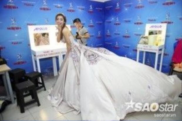 Jennifer Phạm hóa thân thành một nàng công chúa xinh đẹp với viếc váy dài thướt tha khá ấn tượng.