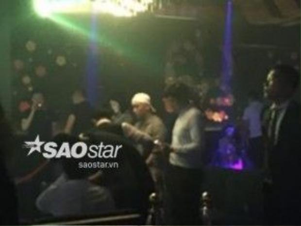 Khoảnh khắc Seungri của Big Bang vui chơi cùng bạn bè ở bar.