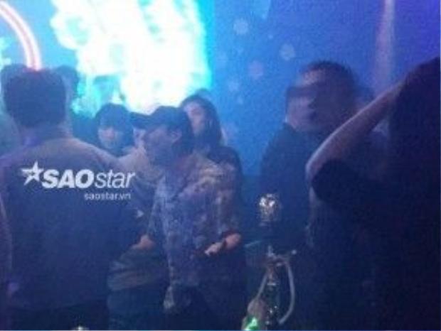 Seungri tại quán bar và đi cùng Tú Anh.