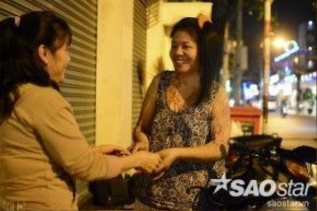 """Nhiều người đến sửa xe tại chỗ chị Loan chia sẻ: """"Dù thế nào đi nữa thì nụ cười của người phụ nữ sửa xe này vẫn rất đẹp""""."""