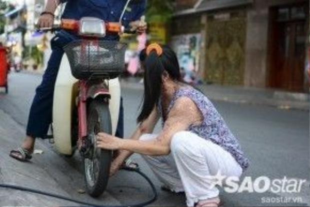 Người phụ nữ ấy là chị Vũ Thị Loan (39 tuổi, quê Hưng Yên, ở trọ tại đường Ấp Bắc, phường 13), nạn nhân trong một vụ tạt axit kinh hoàng gần 3 nămtrước xảy ra tại ngã ba đường Trường Chinh - Ấp Bắc.