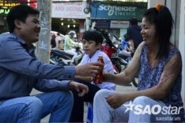 Anh Phạm Quang Tân bị liệt một tay và bệnh đau bao tử kéo dài nên sức khỏe yếu, làm việc rất khó khăn. Từ đó, chị Loan trở thành người lao động chính trong gia đình. Từ ngày nỗi đau ập đến với gia đình, anh Tân ở nhà làm việc vặt, nấu cơm, giặt quần áo cho vợ và con.