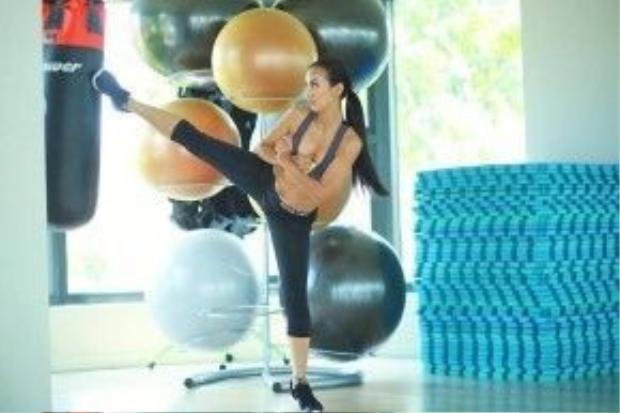 """Huyền Ny chia sẻ: """"Để có thân hình săn chắc thon gọn là kĩ thuật squats mông và đùi giúp giảm lượng mỡ thừa, tác động mạnh lên cơ mông và cơ đùi. Ngoài ra để có cánh tay thon gọn cần nên tập tạ khối lượng nhẹ, tập đúng cách để tạo được sức bền và độ dẻo dai cho cơ bắp. Các bạn lưu lại nhé, mỗi tuần tập 3 lần, mỗi lần tập 6 phút""""."""