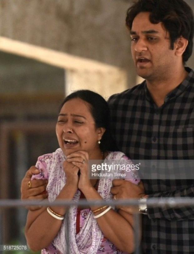 Cha mẹ khóc ngất khi nhìn nữ diễn viên Cô dâu 8 tuổi mặc váy cưới trong lễ tang